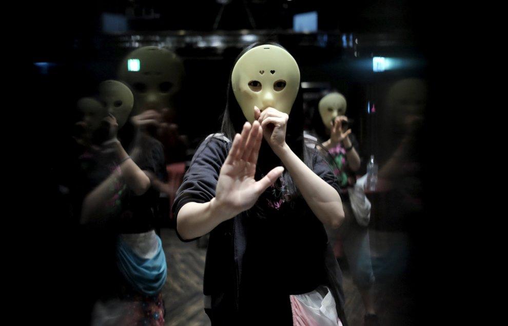 Giovani, carine e mascherate: le pop star dal volto coperto che conquistano il Giappone