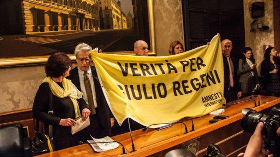 """Caso Regeni, i genitori: """"Giulio torturato, non è caso isolato. Non vorremmo dover mostrare le foto"""""""