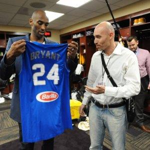 """Basket, Bryant riceve in dono maglia azzurra: """"Disposto ad aiutare Messina"""""""