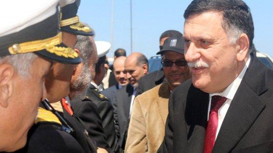 """Libia, premier Serraj arriva a Tripoli:  """"Uniamoci contro l'Is"""". Scontri nella capitale"""