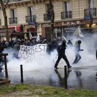 Scontri a Parigi tra manifestanti e polizia sulla riforma del lavoro