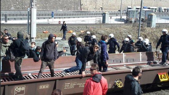 Migranti, al Brennero manifestazione dei centri sociali. Scontri con la polizia