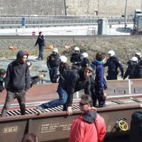 Brennero, corteo per i migranti: scontri tra centri sociali e polizia