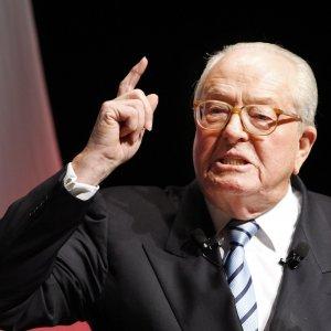 """Francia, definì le camere a gas """"un dettaglio"""", 30.000 euro di multa a  Jean Marie Le Pen"""