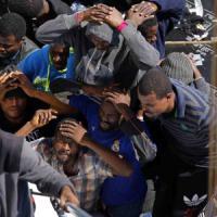 Libia, spari su migranti in fuga dal centro detenzione: 4 morti. L'Onu accusa: nel campo torture