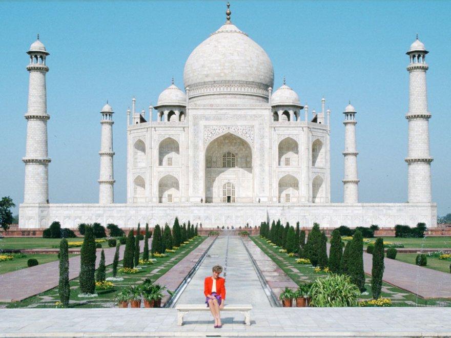 India, William e Kate nel tempio di Lady D: ma la foto ricordo è rovinata