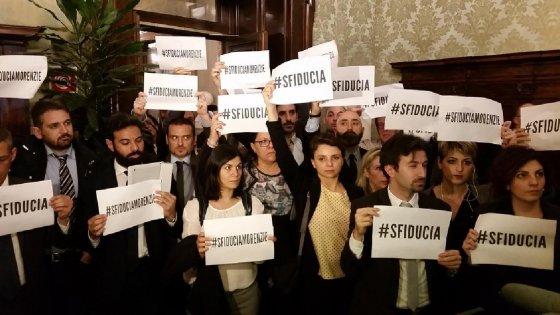 """M5s a Mattarella: """"E' Trivellopoli, blocchi il voto su riforme"""". Renzi: """"Rinuncino a immunità sulle loro menzogne"""""""