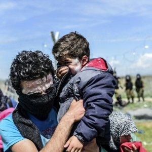 Idomeni, quell'odore acre dei lacrimogeni sui bambini e tra le tende dei profughi