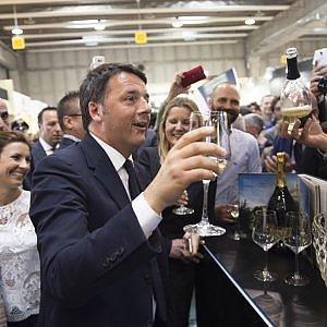 """Renzi: """"Vino italiano migliore di quello francese, Alibaba ci farà crescere"""""""
