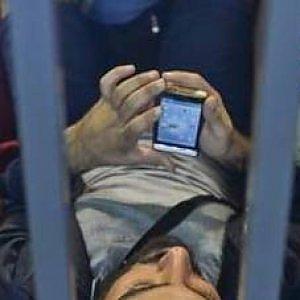 Profughi, il doppio volto dei cellulari e internet: salvano ma aiutano anche i trafficanti