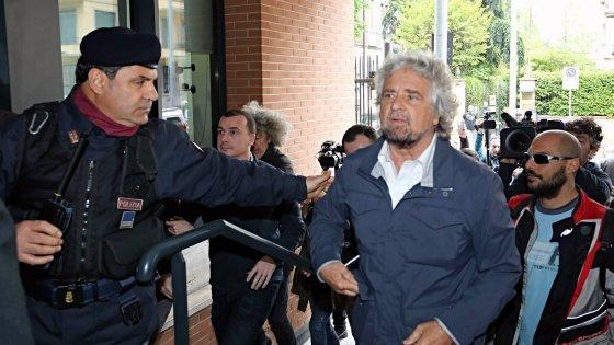 """Casaleggio, Grillo e il direttorio alla camera ardente. Dario Fo: """"Il M5s ce la farà"""""""