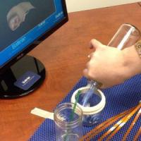 Ragazzo paralizzato riesce a versare acqua in un bicchiere grazie a un chip nel cervello