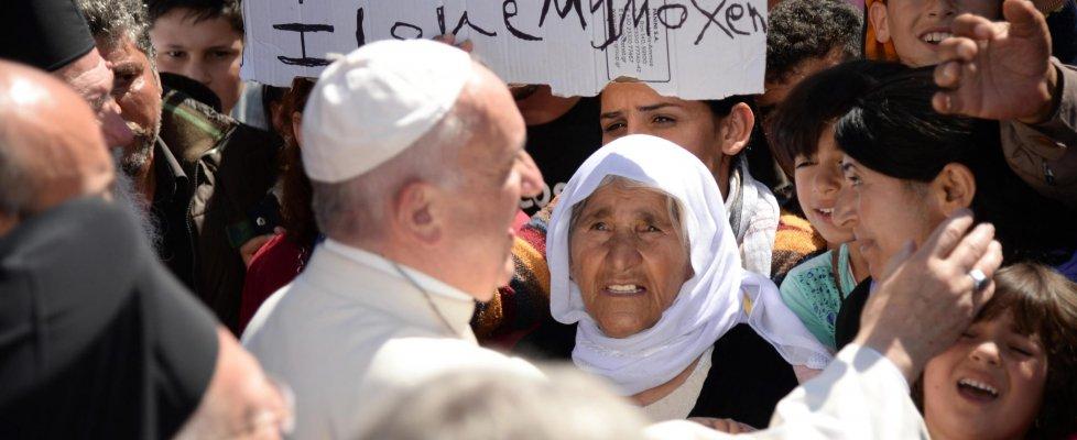 """Papa a Lesbo lancia appello: """"Ue sia solidale con profughi"""". E porta in Vaticano 12 migranti"""