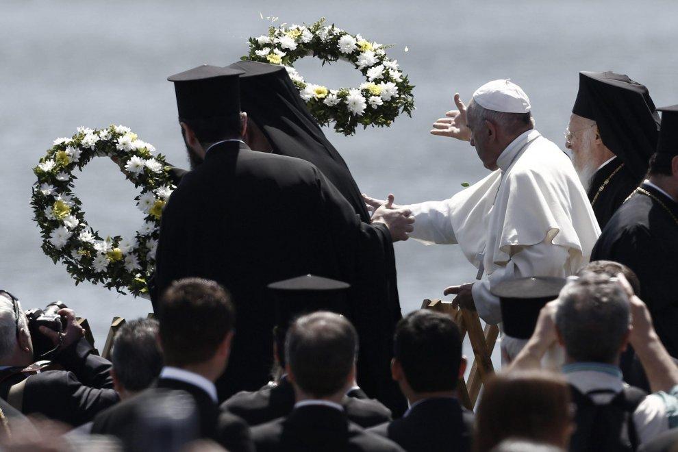 Lesbo, Papa Francesco lancia corona di fiori per le vittime del mare