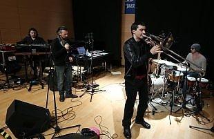 """Gianluca Petrella, """"Trio 70's"""" fra tinte acide e sonorità funk"""