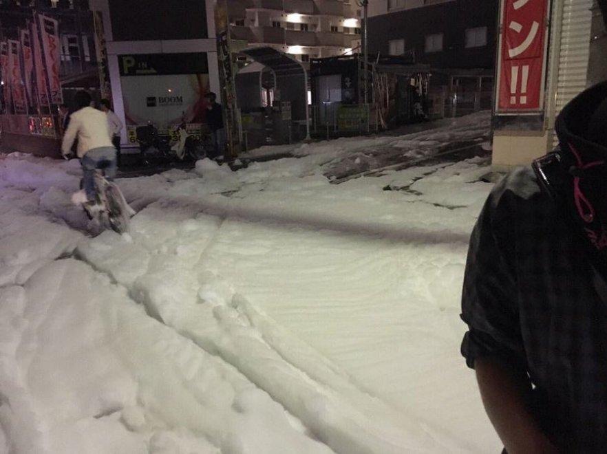 Giappone, la schiuma invade le strade dopo il terremoto