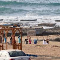 Fuga dalla tensione: le donne di Tripoli fanno yoga sulla spiaggia