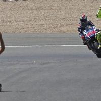 Jerez, il trionfo di Rossi: tifoso in ginocchio in pista