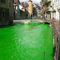 Francia, il fiume diventa verde fluorescente: la provocazione degli ambientalisti
