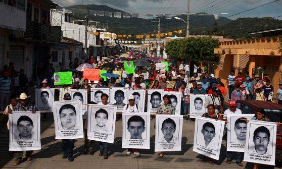 """Messico, la nuova verità sui 43 studenti: """"Inseguiti e rapiti da polizia ed esercito"""""""