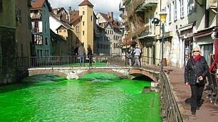 Francia, il fiume diventa verde fosforescente: la provocazione degli ambientalisti