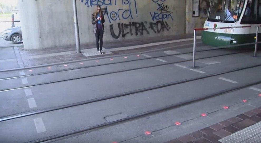 Germania: semafori a terra per pedoni distratti dallo smartphone