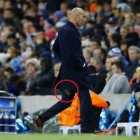 Zidane, i pantaloni fanno crac: il tecnico resta in mutande un'altra volta