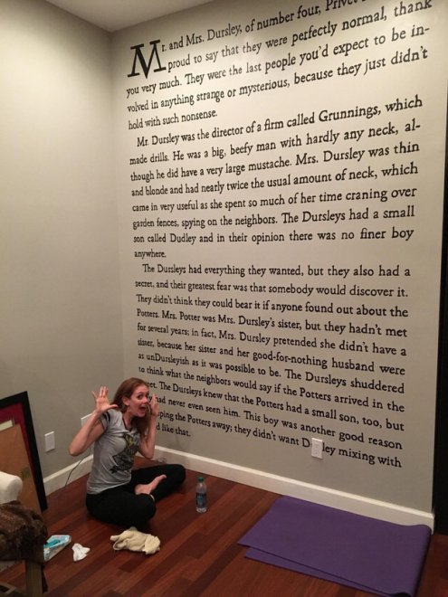 Passione infinita: così la scrittrice-fan trasforma parete di casa nella prima pagina di Harry Potter