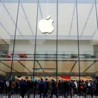 Vendite iPhone in calo ma Apple scommette su app e musica
