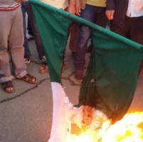 Libia, sostenitori di Haftar bruciano bandiera italiana a Bengasi