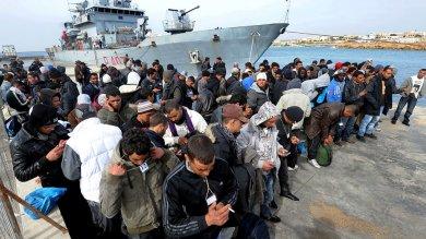 """Migranti, Alfano: """"Accordo con i libici""""  Avramopoulos: """"Non c'è ancora da fidarsi"""""""