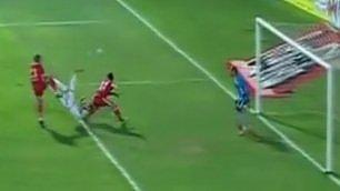 Rovesciata assurda tra due rivali stop di petto e gol impossibile