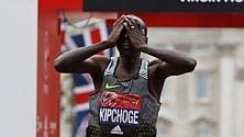 Maratona, dal trionfo alla delusione: Kipchoge, otto secondi di troppo   foto