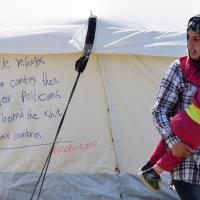 Idomeni, la rabbia sulla tenda: ''Se non ci volete a casa vostra non votate chi ci bombarda''