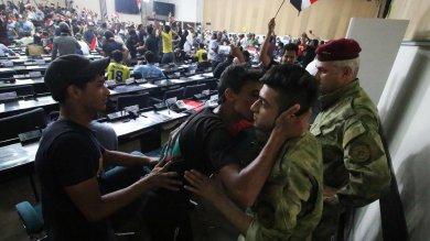 Baghdad, il caos dopo gli attentati   foto   migliaia di sciiti 'occupano' il parlamento