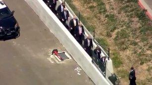 Trump in fuga dalle proteste passa per una strada sterrata