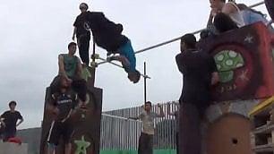 A scuola dal nuovo 'uomo ragno' Le acrobazie col mago del parkour