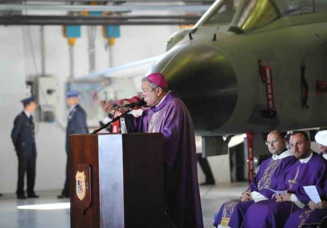 Gli stipendi d'oro dei preti militari