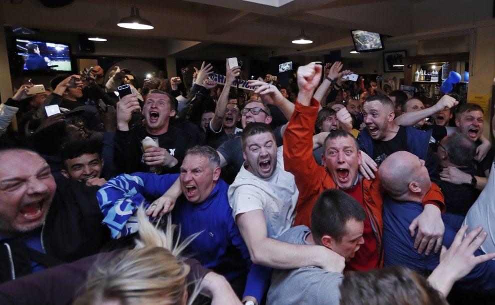 Leicester campione d'Inghilterra: i tifosi esultano dopo Chelsea-Tottenham