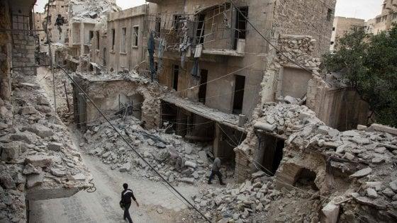 Aleppo, bombe dei ribelli su ospedale: 14 morti
