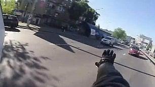 Motociclista eroe, lascia la moto insegue e acciuffa il rapinatore