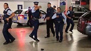 La polizia in cerca di reclute lancia la sfida con un ballo
