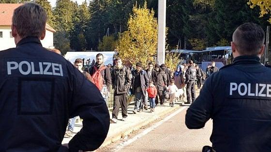 """Migranti, Renzi contro l'Austria: """"Fa propaganda"""". Proposta Ue: """"Chi non li accetta paghi"""""""