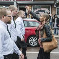"""Svezia, il coraggio di Tess: sola davanti a 300 """"nazi"""""""
