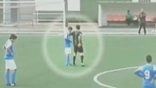 Rivali vincono 10-0 e lui piange L'arbitro consola il calciatore