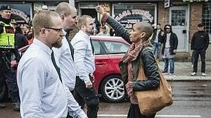 """Il coraggio di Tess: è da sola    foto   non arretra davanti a 300 """"nazi"""""""
