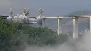 Esplosione spettacolare sull'A3  per abbattere il viadotto più alto