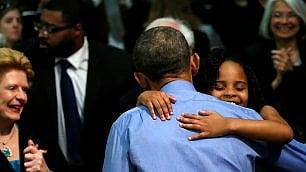 Barack beve l'acqua di Flint e abbraccia la piccola Mari