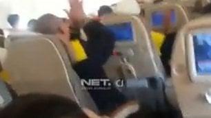 Pianti e preghiere sull'aereo Turbolenza scatena il panico