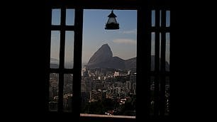 Slum con vista Copacabana Rio dagli ostelli delle favelas